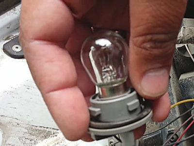 как поменять лампочку ближнего света на солярисе
