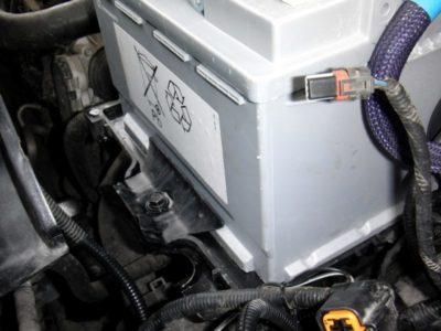 пежо 308 как снять аккумулятор