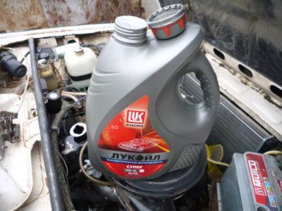 через сколько менять масло в двигателе