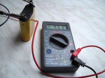 как проверить ампераж аккумулятора мультиметром